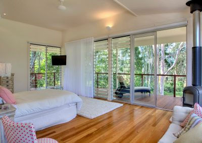 Altair Louvres next to a sliding door connect this bedroom with the natural bush setting outside.